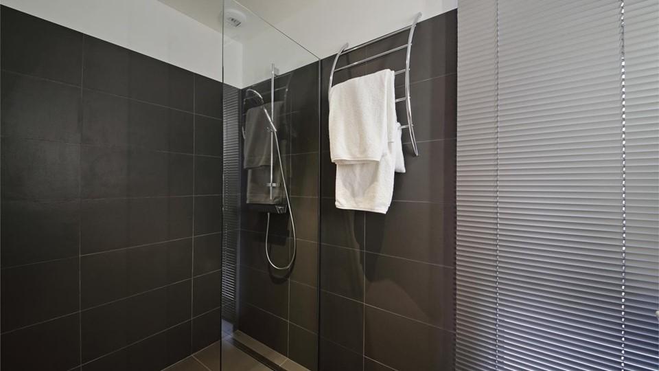 C mo limpiar la mampara de ducha de vidrio for Como limpiar la mampara del bano